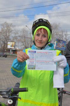 """Валентина Андреева  получила подписку на """"Грани"""" за преданность велодвижению.""""108 минут"""": доехали все! велопробег"""