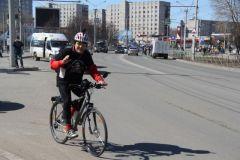 Если вы отправляетесь на дальние расстояния, а тем более движетесь по проезжей части, то экипировка нужна обязательно. Удобная, желательно яркая одежда, шлем, на велосипеде должны быть светоотражатели, зеркало заднего вида, фонари спереди и сзади, гудок. Внимание: велосипеды на дорогах! Полоса безопасности
