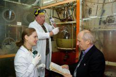 Ю.Винокуров (справа) в лаборатории технологического отдела.  Фото автораУченый — это творец Человек труда Мастерство