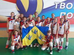 Юные новочебоксарские волейболистки с бронзовым кубком. Фото из архива ДЮСШ-1Настоящая команда волейбол
