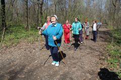 Занятие скандинавской ходьбой — один из современных способов борьбы с одиночеством.  Фото Марии СмирновойОдиночество — бич старости пенсионер