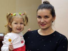 Наталья Ивановна с дочкой на руках.Строгая, добрая и любящая День матери