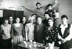 Отмечаем день рождения Риммы Васильевны Арсентьевой (третья справа), секретаря главного редактора. 1997 год.  По пути к коммунизму  или на грани… Граням - 35