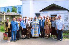 2006 год в Чувашии был объявлен Годом духовного просвещения. 3 июня мы ездили в Алатырь в гости к коллегам. Были экскурсии по монастырям. На фото в церкви Иверской иконы Божией Матери, которую восстанавливал французский священник Василий Паскье (в центре)По пути к коммунизму  или на грани… Граням - 35