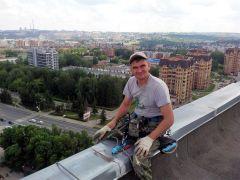 Чтобы стать промышленным альпинистом, нужно не только не бояться высоты, но и уметь выполнять многие строительные работы. К тому же необходимо быть в хорошей физической форме.Алексей Андреев: Да, альпинист! Нет, не страшно! Человек труда промышленный альпинизм