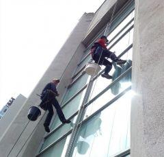 Во время работы на высоте альпинистам нельзя отвлекаться, это может стоить им жизни, поэтому они не пользуются телефоном, когда выполняют задание, в том числе не отвечают на звонки.Алексей Андреев: Да, альпинист! Нет, не страшно! Человек труда промышленный альпинизм