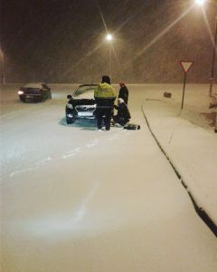 Фото vk.com/gibdd21Сотрудники ГИБДД Чувашии помогают водителям, застигнутым снегопадом снегопад