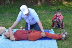 Чтобы правильно положить человека без сознания на бок, надо взять его за дальнюю от себя руку и под согнутую в колене ногу и перевернуть.Бороться за жизнь до последнего! Школа выживания