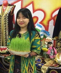 Саида Турдимуратова с символом праздника — проросшей пшеницей, из которой готовят сумаляк.Навруз – весенний Новый год Навруз Моя Держава