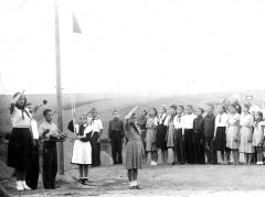 Лето 1955 года. Республиканский пионерский лагерь в Ельниковской школе. Дина Ивановна (слева) работала в лагере старшей пионервожатой.Педагогический талант и стойкость характера Почетный гражданин Новочебоксарска