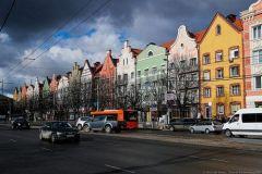 Пятиэтажные хрущевки, построенные в 70-е годы, в Калининграде реконструируют и превращают вот в такие пряничные дома. Правда, в основном меняется только фасад. Но, согласитесь, вид при этом у домов гораздо веселее.Давай вернемся в Калининград! Тропой туриста Путешествуем по России Кенигсберг Кант Калининград