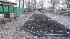 В зоопарке строится дорожка из гранитного камушка
