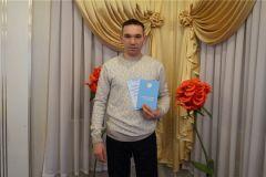Счастливый отец. Фото nowch.cap.ruОтделом ЗАГС Новочебоксарска зарегистрирован 300-й новорожденный 2019 года ЗАГС
