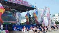 Массовая утренняя зарядкаДень города Чебоксары начался с массовой зарядки на Красной площади День города