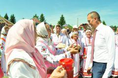 Михаила Игнатьева приветствовали традиционными блюдамиКрасноармейский район, ставший центром проведения Дня Республики, отметил главный национальный праздник День Республики