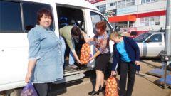 Соцработники помогают сделать зимние заготовки пожилым