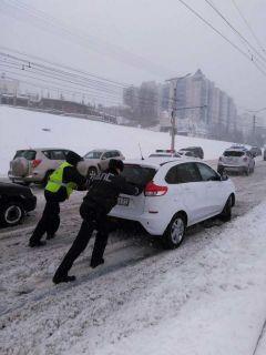 фото www.gibdd.ruСотрудники ГИБДД Чувашии помогают водителям, застигнутым снегопадом снегопад