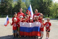 В забеге приняли участие и юные каратисты со своими наставниками. Фото nowch.cap.ruРоссийскому триколору 350 лет