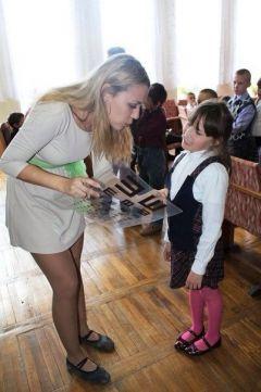 Волонтеры в интернате проверяют зрение у детей.  Фото Светланы АлексеевойКто они, герои нашего времени? Герои нашего времени Акция