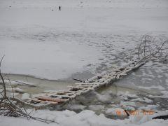 А этот мостик может оказаться мостиком на тот свет.  Рискуют жизнью  ради пары килограммов рыбы рыбаки поведение на льду