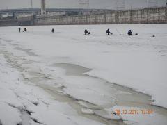 Рискуют жизнью  ради пары килограммов рыбы рыбаки поведение на льду
