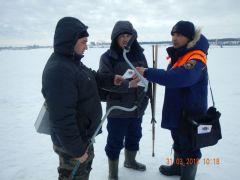 """Сотрудники ГИМС в апреле едва ли не ежедневно выходят на лед, чтобы измерить толщину льда и провести профилактическо-разъяснительные беседы с населением.""""По весеннему льду как ходили,  так и будем ходить..."""" Школа выживания Патруль на Волге"""