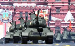 Торжественно проследовали по площади 200 современных и 18 исторических образцов техники. Открыли прохождение механизированной колонны 11 танков Т-34-85.Слава победителям! парад Победы 75 лет Победе