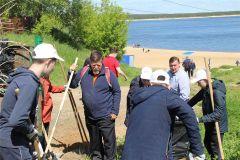 Городская администрация и волонтеры очистили  новочебоксарский пляж от мусора.  Фото Елены КОТВИЦКОЙОдни убирают, а другие... Чистый берег Среда обитания