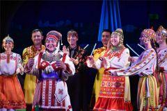 Чувашскими народными танцами артисты театра кукол приветствовали участников фестиваля, приехавших из зарубежья и 14 регионов России.Особая роль. В театральных форумах столицы Чувашии участвуют 250 актеров Чебоксары-550 550 лет Чебоксарам