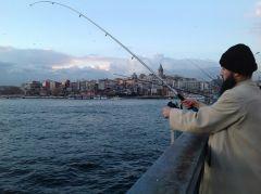 Рыбалка с моста в Босфоре.Стамбул Великолепный Колесо путешествий