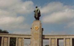 Осквернен памятник Советскому воину-освободителю в Берлине День Победы Памятники оскорбление