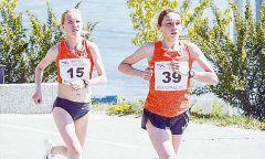 На дистанции Волгоградского марафона Алина Прокопьева (№ 15) и Наталья Пучкова (№ 39). Фото cap.ruПод палящим солнцем марафон