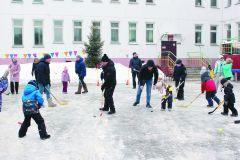 Чтобы сыграть в хоккей, достаточно клюшек, валенок и хорошего настроения. Фото из архива детсада № 47Папы взяли клюшки  и надели… валенки
