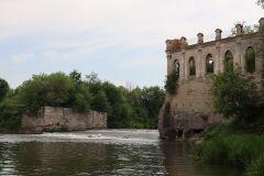 На левом берегу Свияги сохранились останки Киятской ГЭС,.. Свияга всё помнит. Испокон веку река притягивала казаков, старообрядцев, зодчих Путешествуем по России