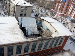 На Коммунистической, 18 поехала крышаНа Коммунистической, 18 поехала крыша обвал кровля подробности