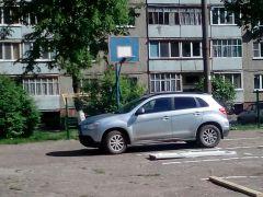 На досках, положенных на парковочное место, указан номер автомобиля, который тут паркуется. Чужим здесь не место.  Фото Марии СмирновойКогда общее, а когда твое-мое на злобу дня Возвращаясь к напечатанному