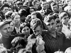 На улицах Москвы люди слушают радио, по которому в полдень 22 июня 1941 года объявили о начале войны.Так начиналась война Дата Бессмертный полк