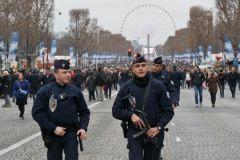 В новогоднюю ночь во Франции сожгли более 800 автомобилей