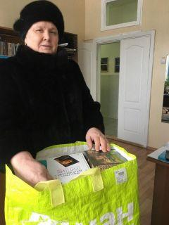 Валентина Ушенина — первая участница акции книгодарения. Каждый четвертый  читает книги в библиотеке, а ты?