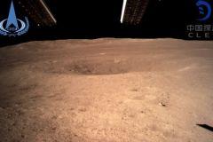 Фото: Китайское национальное космическое управление (CNSA)Опубликовано первое фото с обратной стороны Луны