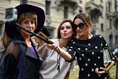 селфиВ голландских музеях испугались школьников с палками для селфи культура музеи селфи