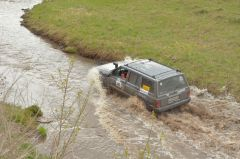По реке ехали только модифицированные машины.Джип-спринт — это экстремально!  Проверено на себе