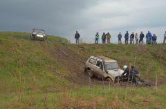 """Пытаются вытащить """"Ниву"""" из грязи. Это было очень непросто, пришлось повозиться.Джип-спринт — это экстремально!  Проверено на себе"""