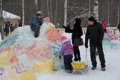 Юные горожане оценили творчество школьных скульпторов.Волшебник в гости приглашает Новый год-2017
