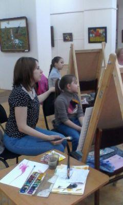 С мамой рисовать гораздо интереснее. Фото Новочебоксарского историко-художественного музейного комплексаВдохновляясь любовью, семьи рисуют в четыре руки Палитра событий
