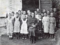 Елизавета Зайцева (слева от учительницы) в Ельниковской школе. Фото из архива Е.ИвановойЕлизавета Иванова и ее младший брат Новочебоксарск День рождения города Новочебоксарска