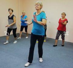 Волонтеры новочебоксарской школы № 9 начали обучать танцам пожилых 2018 - Год волонтера