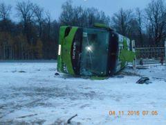 Междугородний автобус опрокинулся в кювет около 6 утра на 640 км автодороги М7. В результате происшествия различные ушибы получили 11 человек, из них двое детей (всего в салоне находились 22 пассажира). В Чувашии вылетели с трассы два междугородних автобуса. Пострадавшим оказывается помощь ДТП зимняя резина автобус маршрутка трасса министерство транспорта