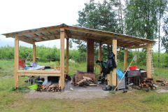 В лагере в этом году соорудили летнюю кухню с печкой.В лес за наукой Школа дикой природы