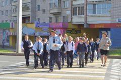 Школьники переходят дорогу по всем правилам.Желаю водителю здоровья,  чтобы не болел и чтобы не было аварий! Хватит погибать на дорогах!